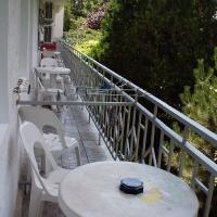Общий балкон и старый стол