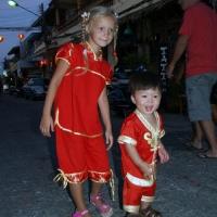 Все дети одеты в красное