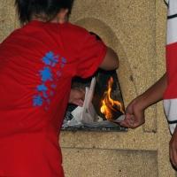 Сжигают остатки бумаги для взрыва