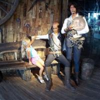 Пираты у входа в центр развлечений