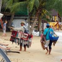 Торговцы на пляже Таиланда