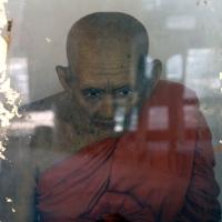 Фигура сидящего монаха
