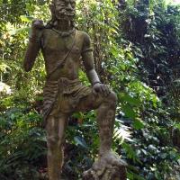 Статуи у реки в джунглях
