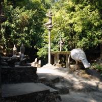 Большое количество каменных статуй