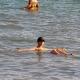 Купание в опасно соленом мертвом море
