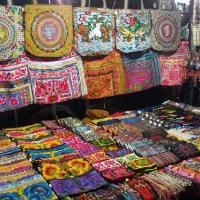 Торговля сувенирами и одеждой в Тае