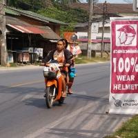 Далеко не все тайцы в шлемах
