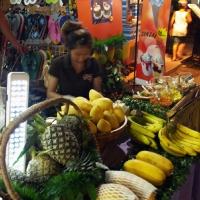 Продавец манго и кокосов